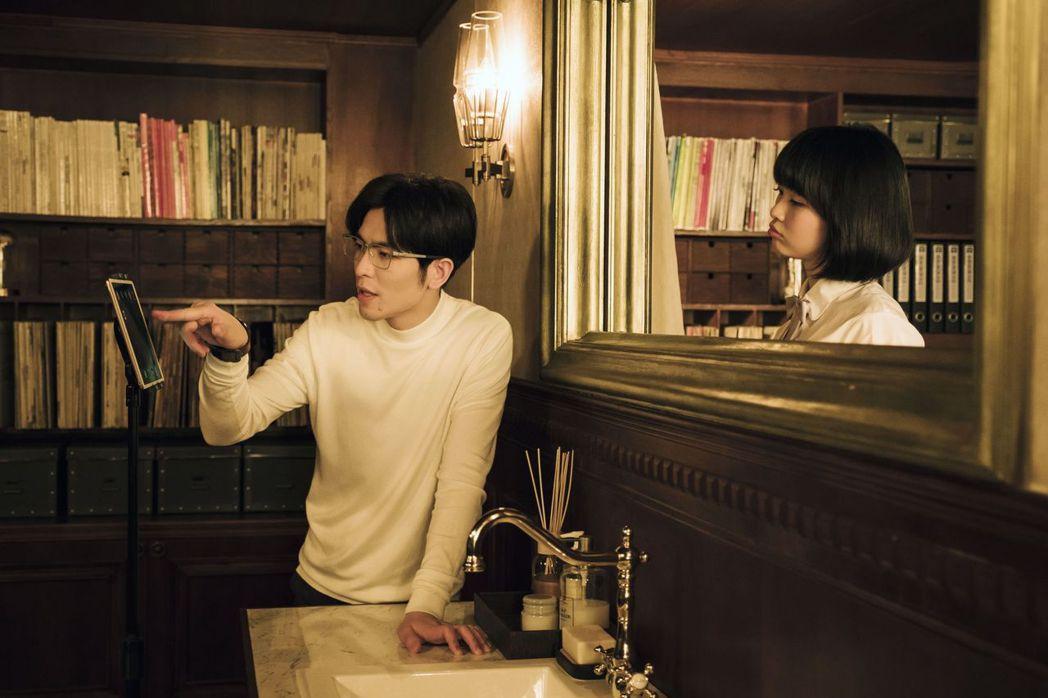 蕭敬騰(左)在「魂囚西門」中與靈魂對話。圖/公視提供