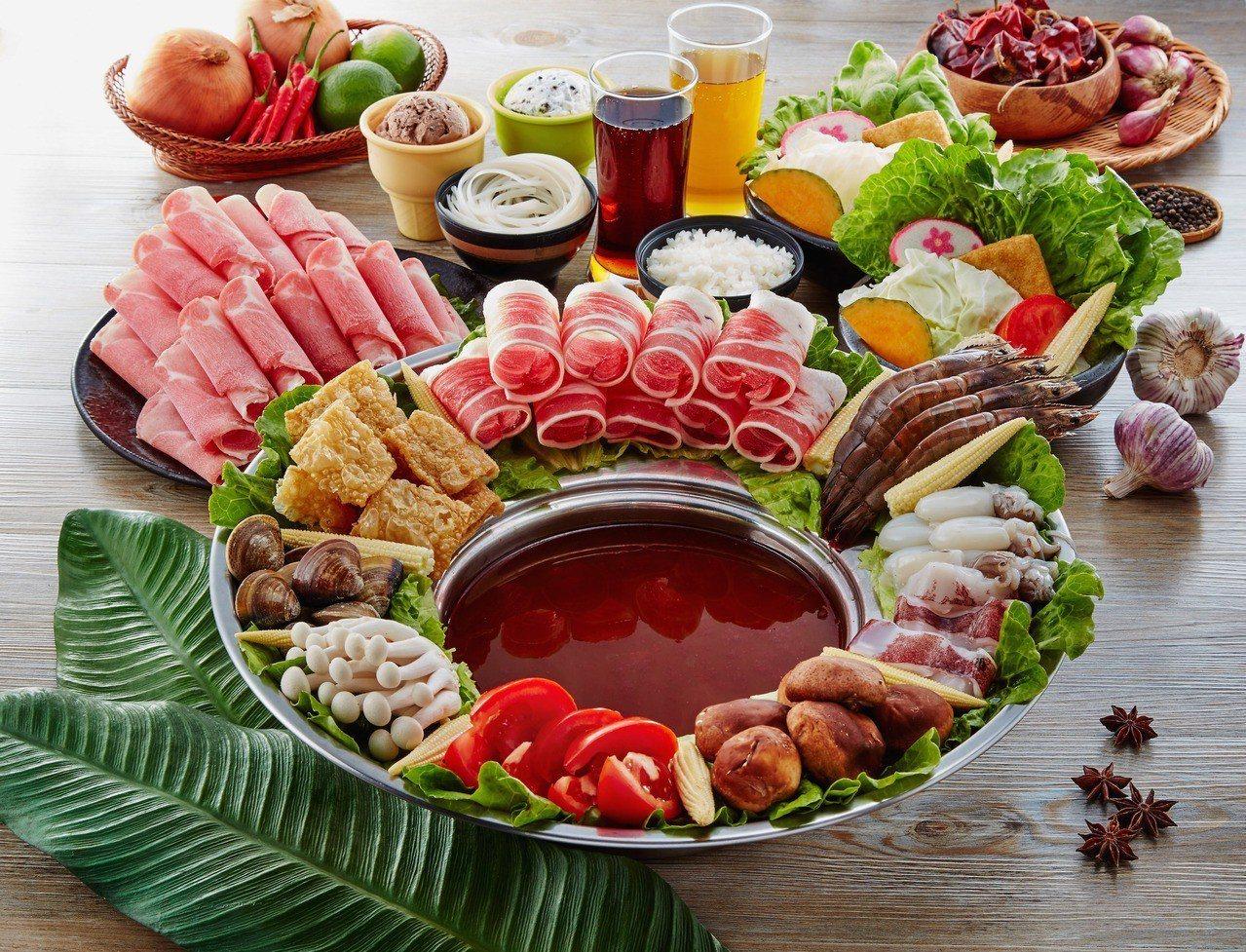 特戰鐵帽四人鍋,則特別使用越南傳統火鍋鍋具,每套1200元。圖/中保集團提供