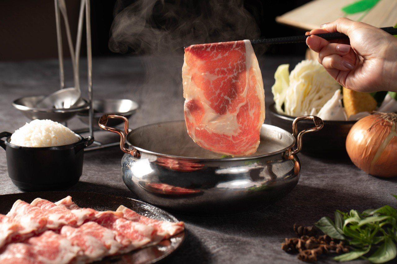 粉享喫鍋首創使用乾式熟成28日美國牛的越式火鍋吃法。圖/中保集團提供