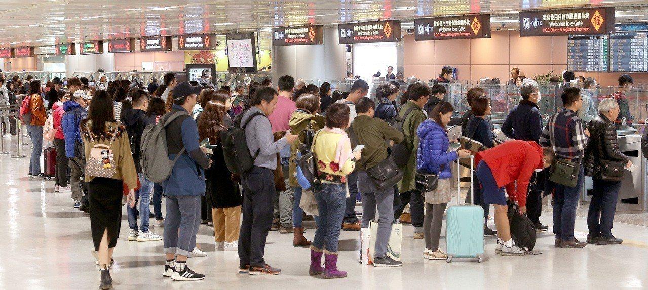 出國旅遊選擇自由行的旅客比例已達7成,但仍有不少旅客選擇跟團。聯合報系資料照片