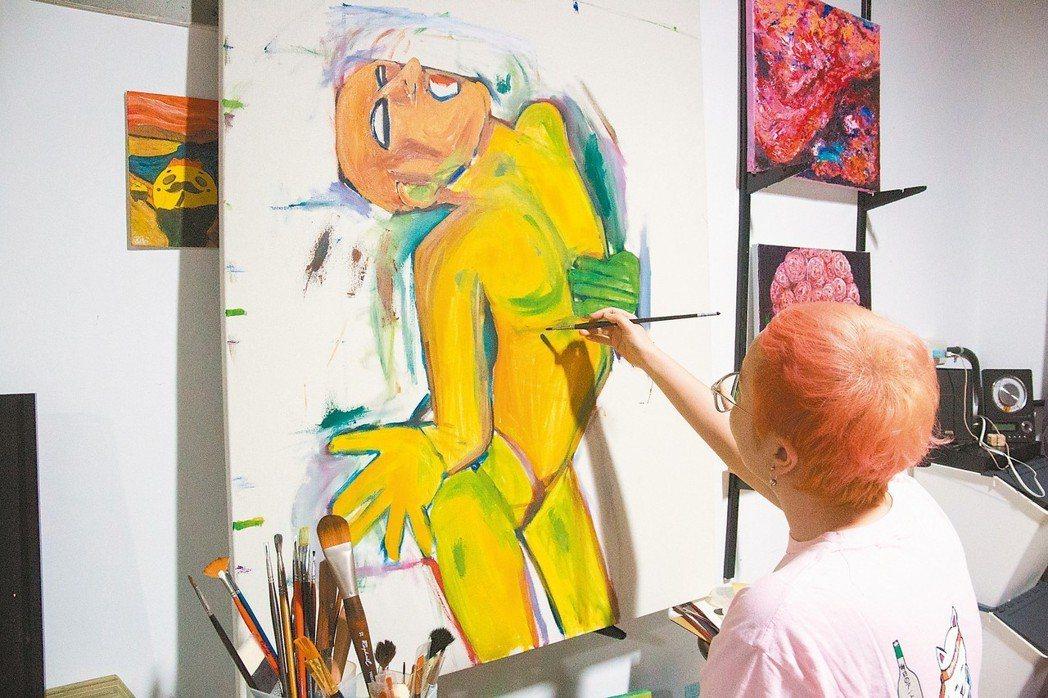 陳筠芝創作「生命系列」油畫,創作中表達腹部空洞、正在痛苦吶喊的主人翁,正是接受化...