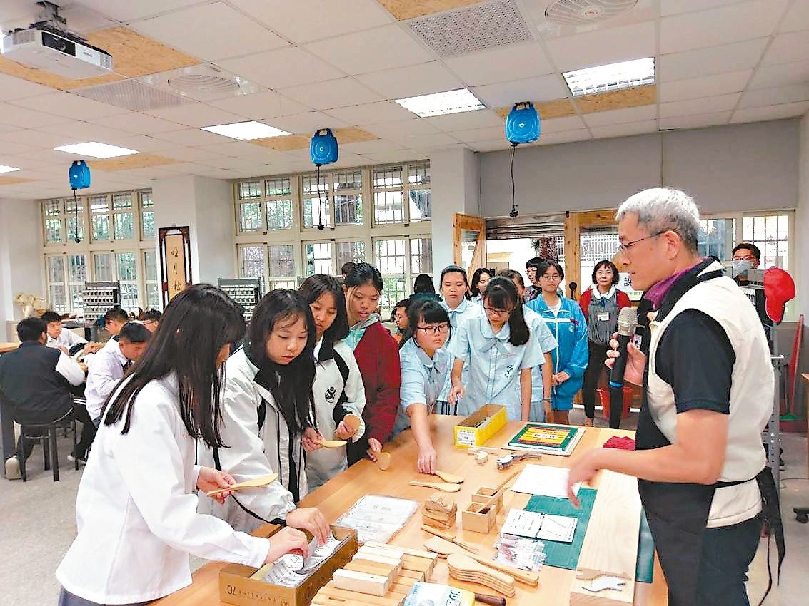 十二年一貫108課綱,國中要有「生活科技領域」課程,包含木作、金工、琉璃、3D列...