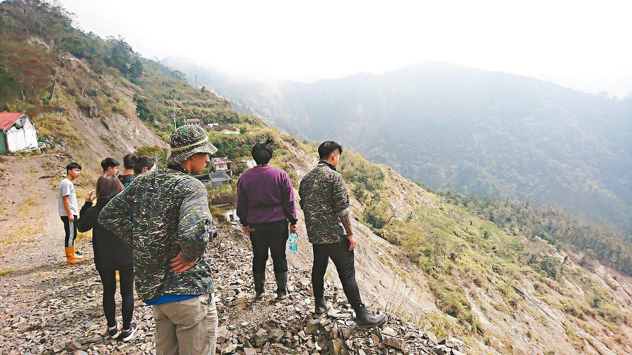 高雄藤枝部落八八風災後遷村,尋根青年望著崩壁上的斷垣殘瓦。 記者徐白櫻/翻攝