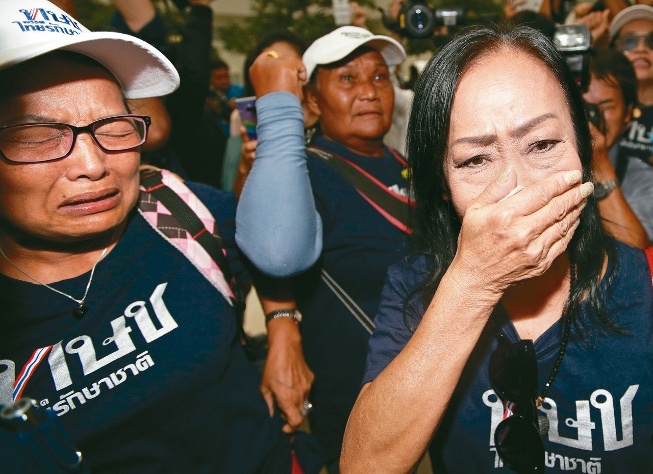 泰國憲法法庭七日宣布解散泰愛國黨,該黨支持者聞訊落淚。 (歐新社)