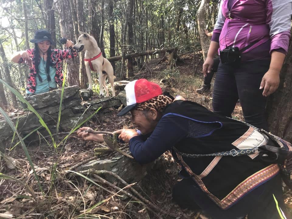馬里山舊部落遺址之一,尋根族人模擬日警防衛情境。記者徐白櫻/翻攝