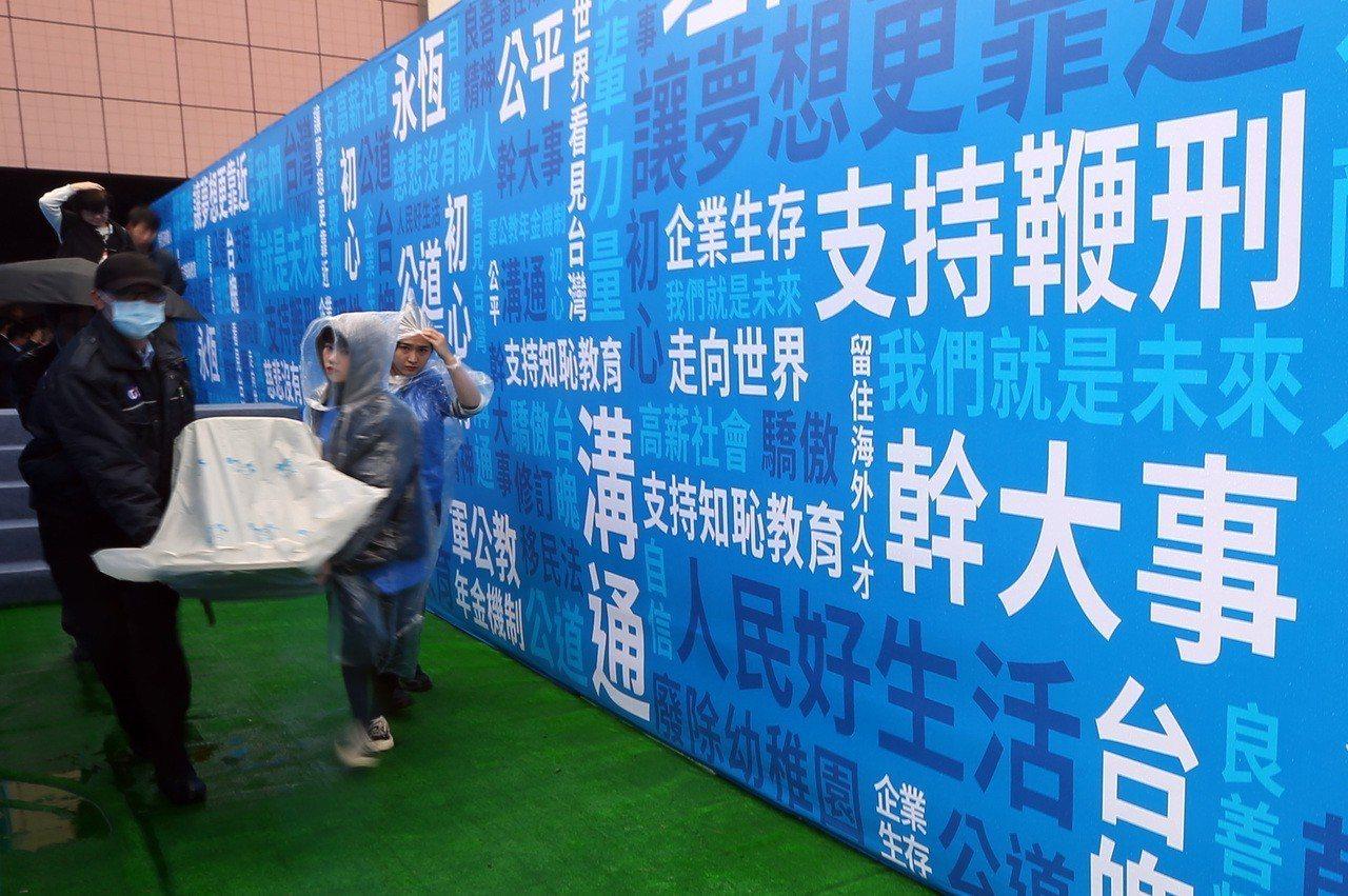 國民黨立委王金平競選看板上,羅列包括「支持鞭刑」的政見。 記者杜建重/攝影