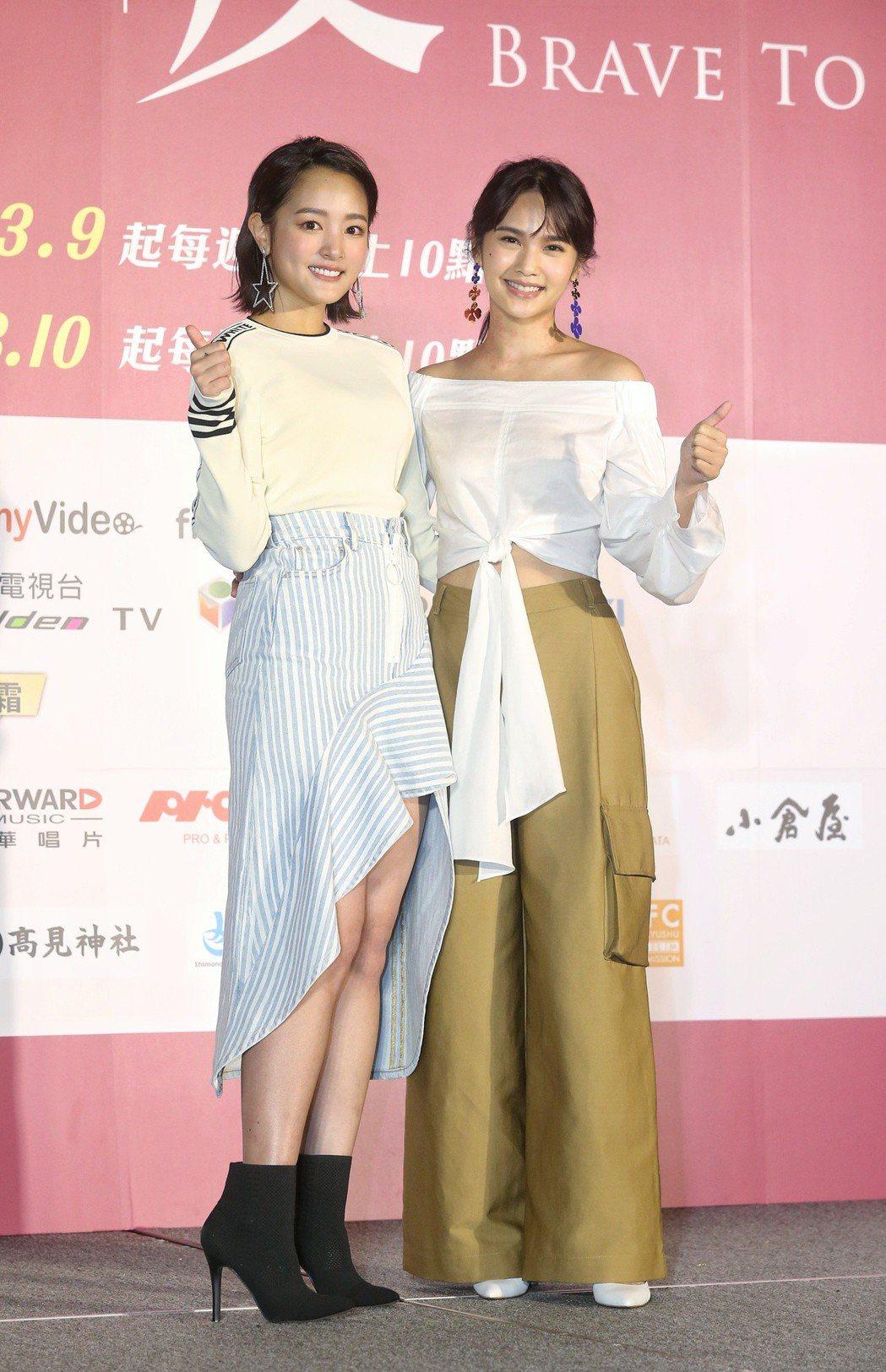 戲劇「愛情白皮書」舉行首映會,前代女主角楊丞琳(右)與現任女主角王淨(左)一同合