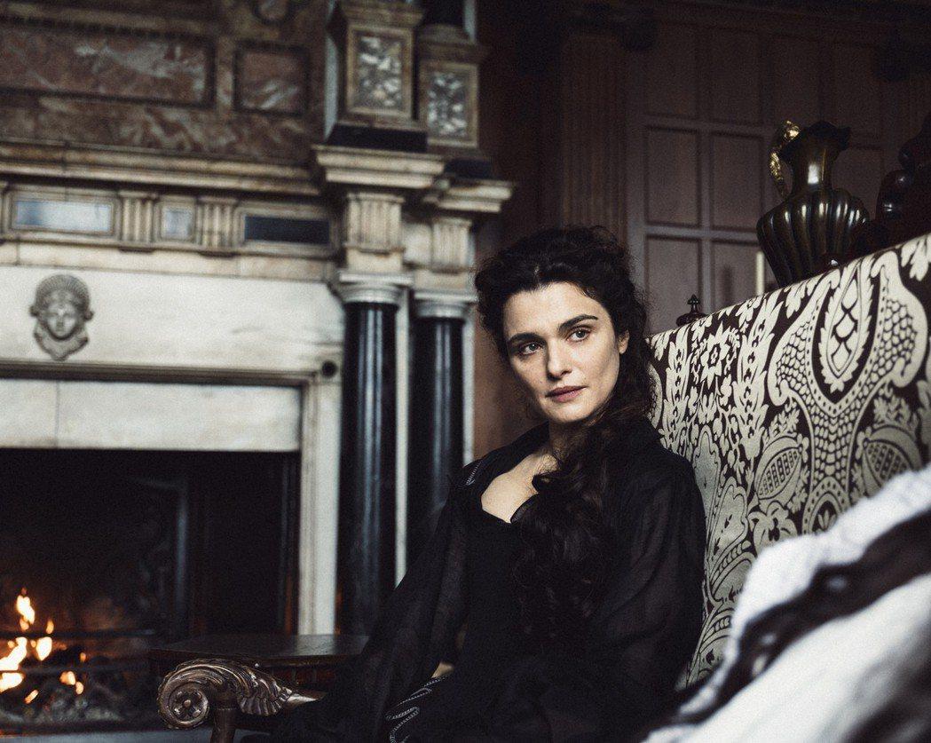 瑞秋・懷茲在「真寵」裡飾演女王的閨蜜莎拉・邱吉爾。(美聯社)