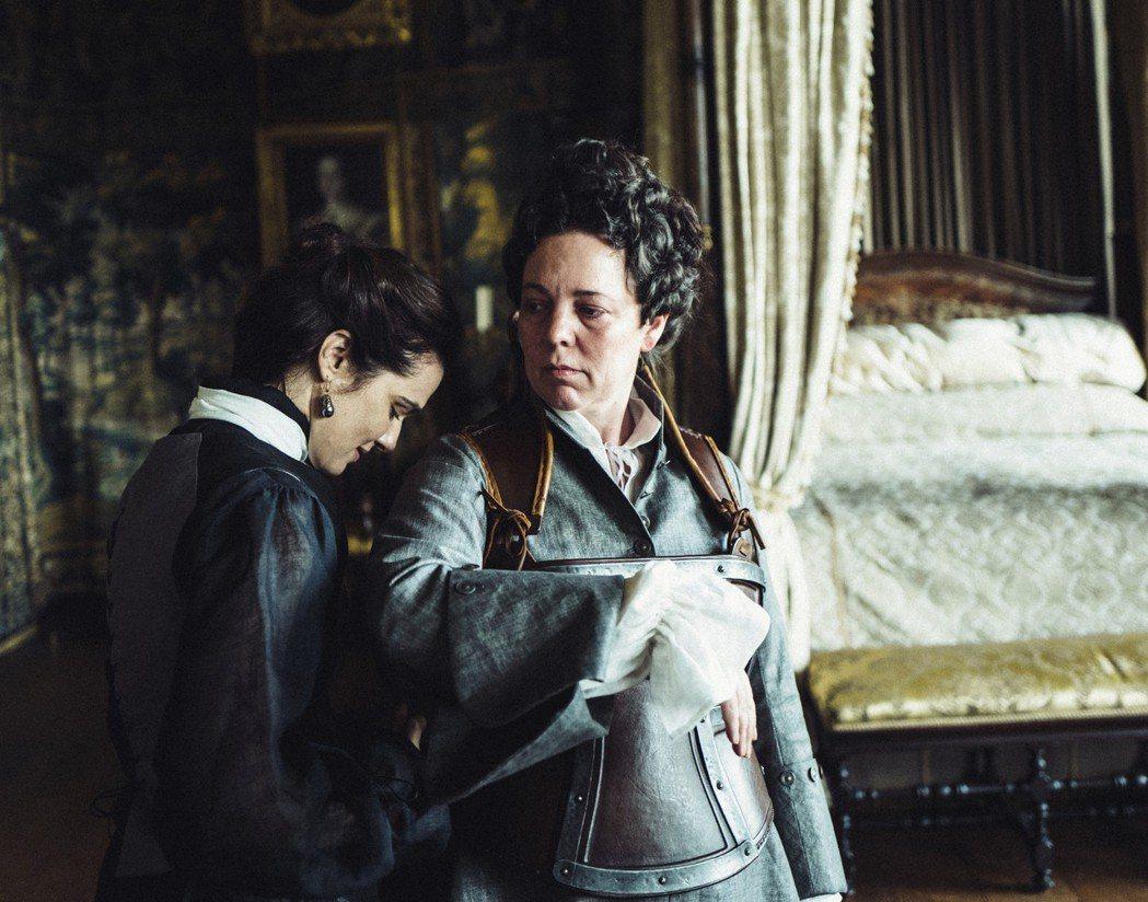 莎拉夫人和安妮女王間的愛情,勾心鬥角卻真實不已。(美聯社)