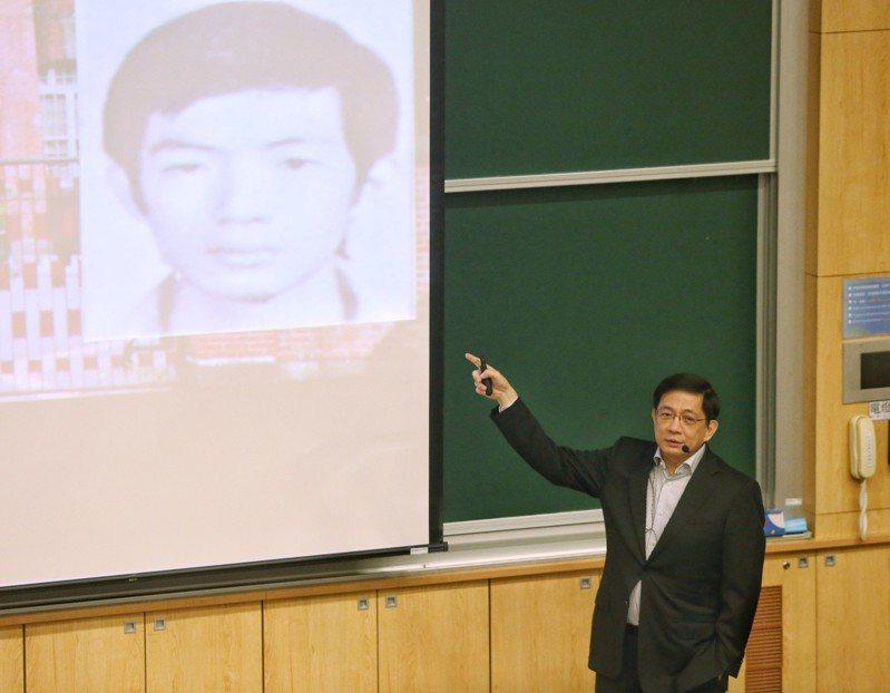 台大校長管中閔在台大以「走過慘綠歲月」為題發表演說,演講中他向眾人展示自己高中時期的照片。記者鄭清元/攝影