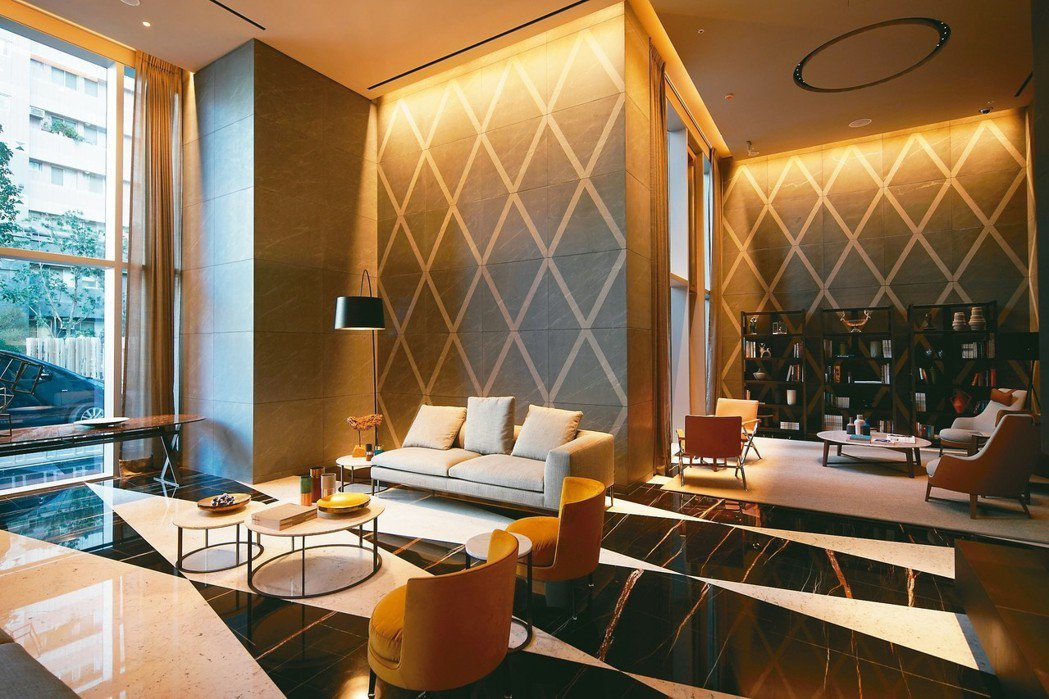 設計師以家具區隔開放空間的功能區。 圖/王騰毅攝影、大陸建設提供