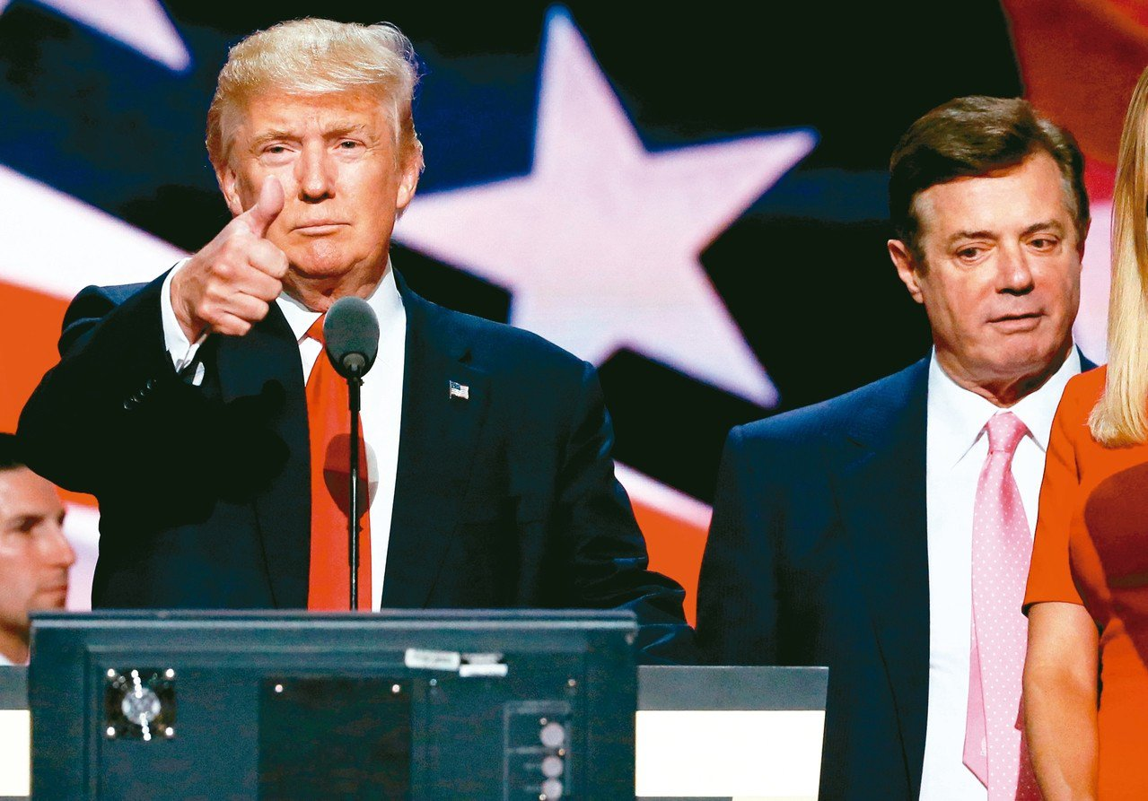 曾任美國總統川普(左)競選總幹事的馬納福(右)因逃稅和銀行詐欺等罪名,7日被判4...