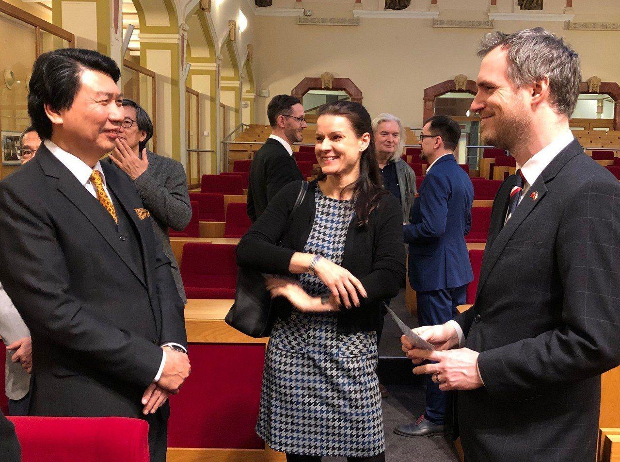 布拉格市長賀瑞普(右)學生時代曾在台灣實習,對台灣印象良好,預定月底訪問台灣。中...