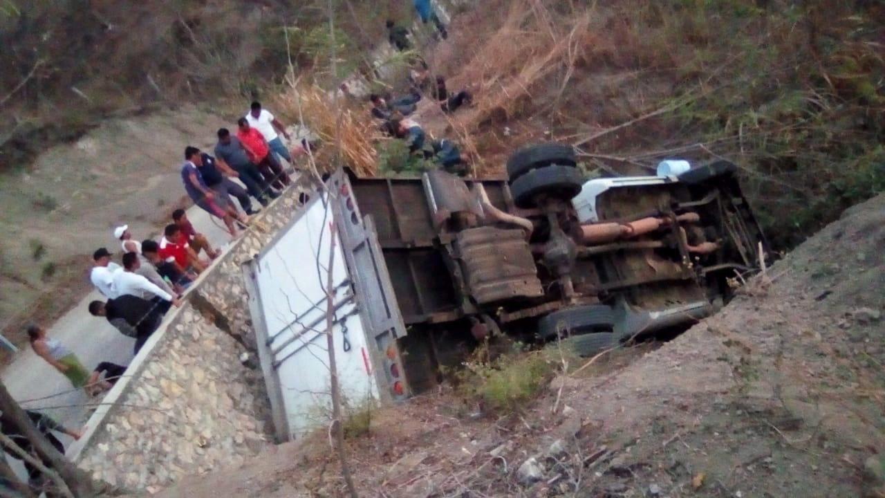一輛滿載中美洲移民的卡車,今天在墨西哥南部轉向時偏離路面,造成至少25人死亡。 ...