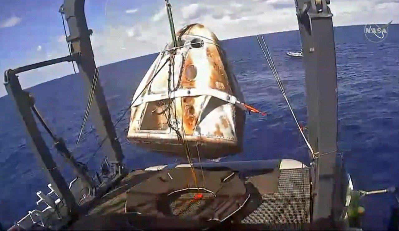 SpaceX飛龍號太空艙成功重返地球,降落在大西洋上。圖/擷取自NASA實況轉播...
