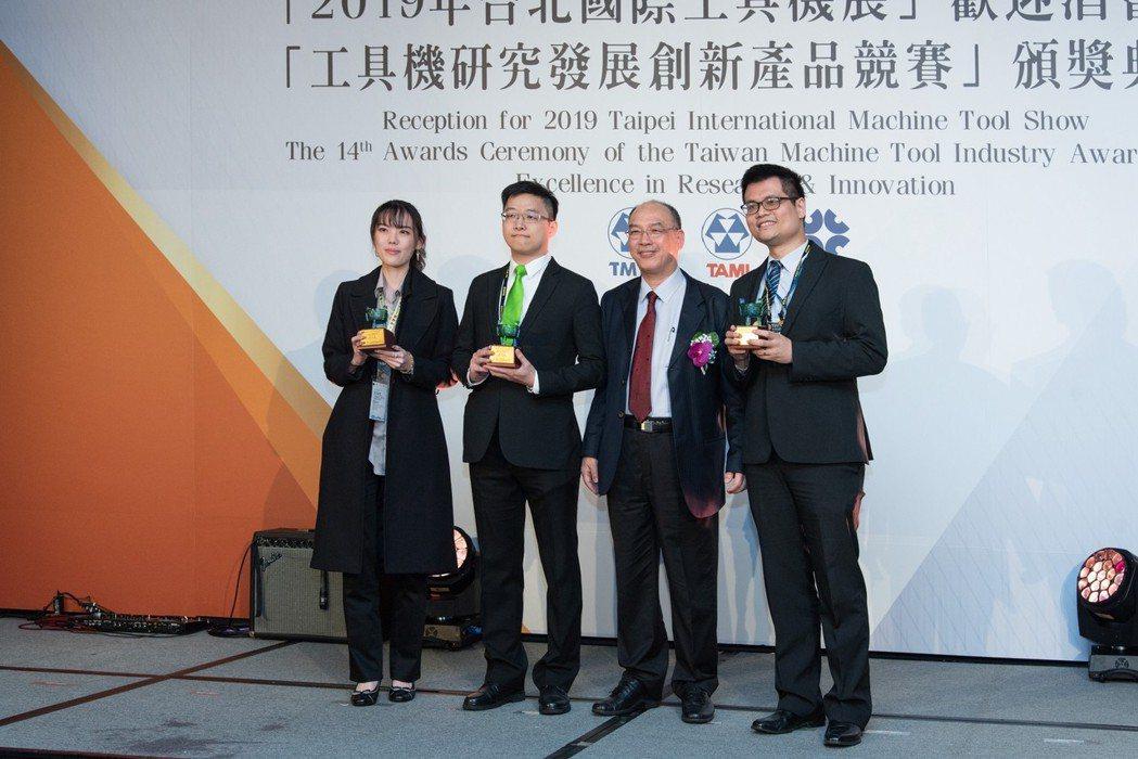 大銀微系統-黃昶閔組長(左二) 上銀科技/提供