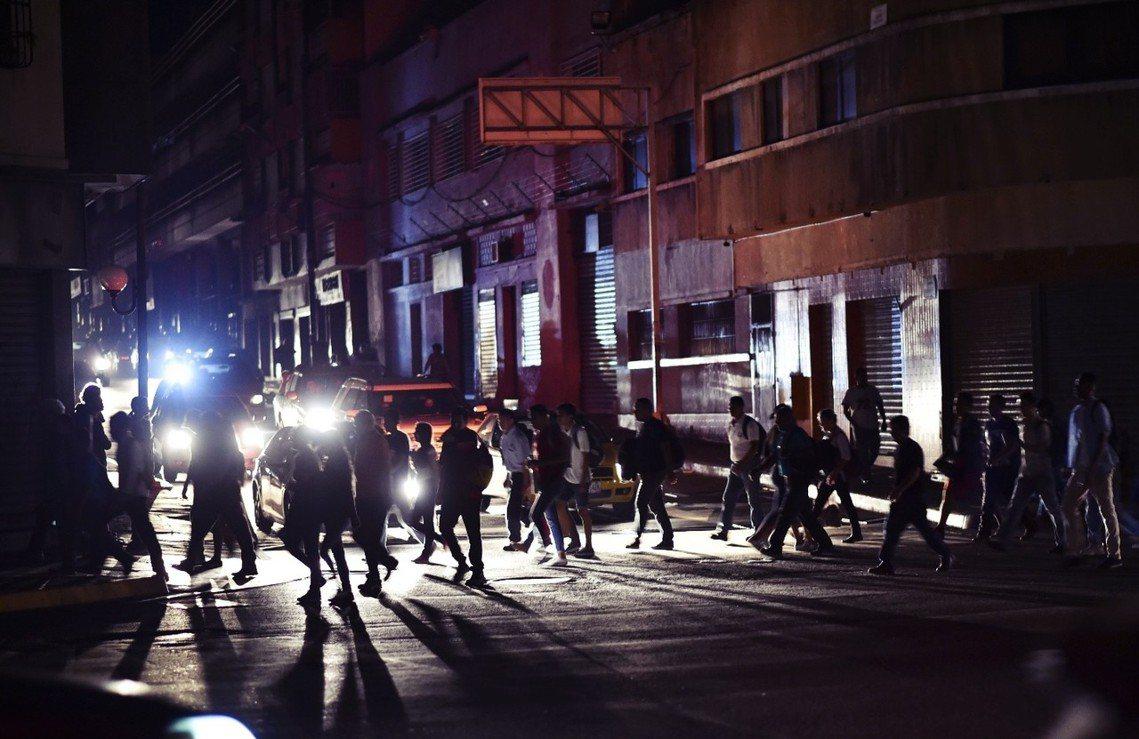 政治內鬥、經濟崩潰的委內瑞拉,周四再傳重大「國家級危機」——全國7成地區大停電。...
