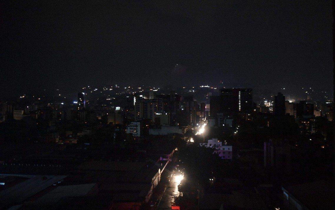 兩百多萬居民的首都都會區卡拉卡斯,幾乎陷入黑暗。 圖/法新社