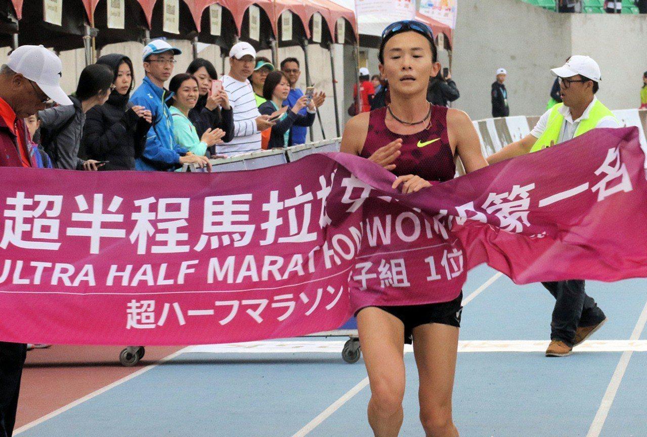 馬拉松好手謝千鶴參與高雄馬賽事。 中央社