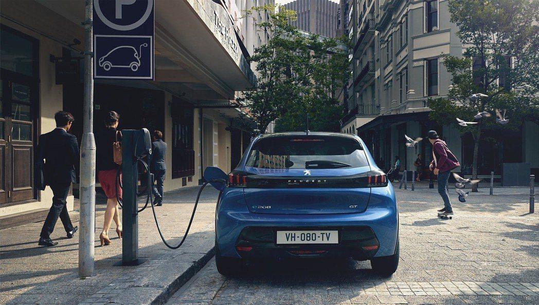 全新Peugeot e-208成為品牌第一款量產化純電車型。 摘自Peugeot