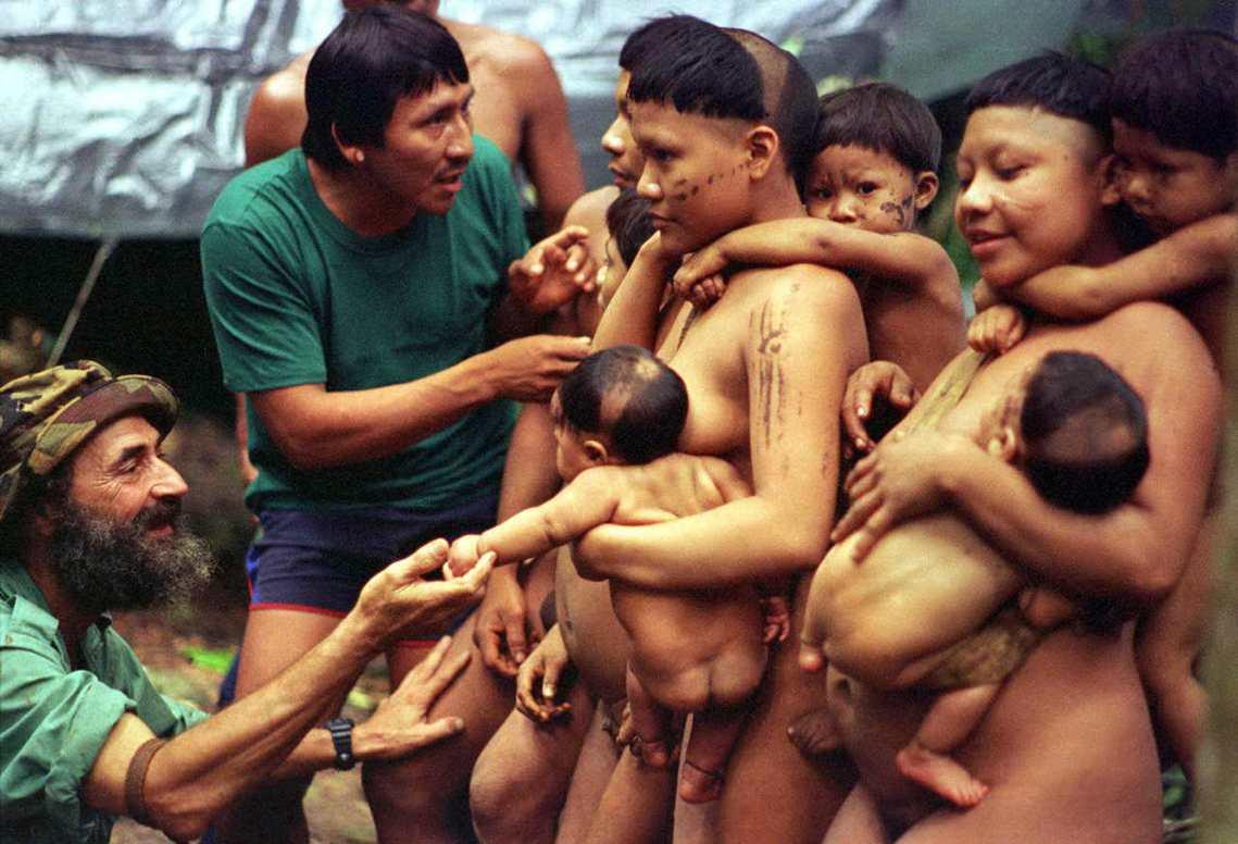 為了守護失落的原住民,現代文明必得介入「部落衝突」?左一為巴西探險家Sydney...