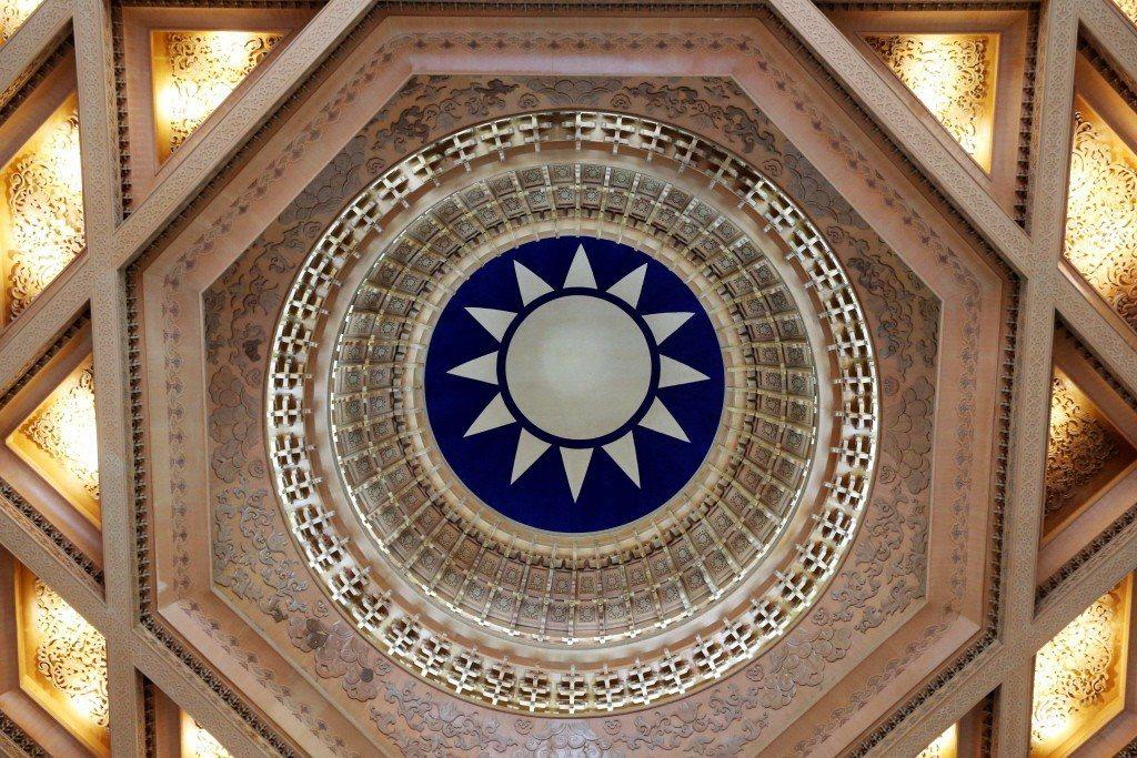中正紀念堂天井上,備受爭議的國徽或國民黨徽。 圖/聯合報系資料照