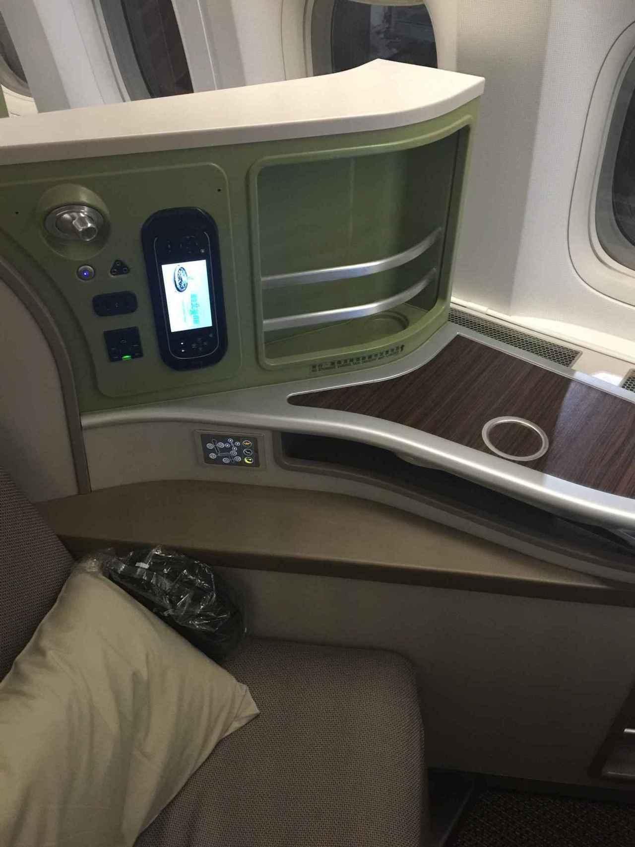 娛樂系統遙控器,充電插座,還有座椅控制面板,我覺得充電插座位置有點不太好,常常會...