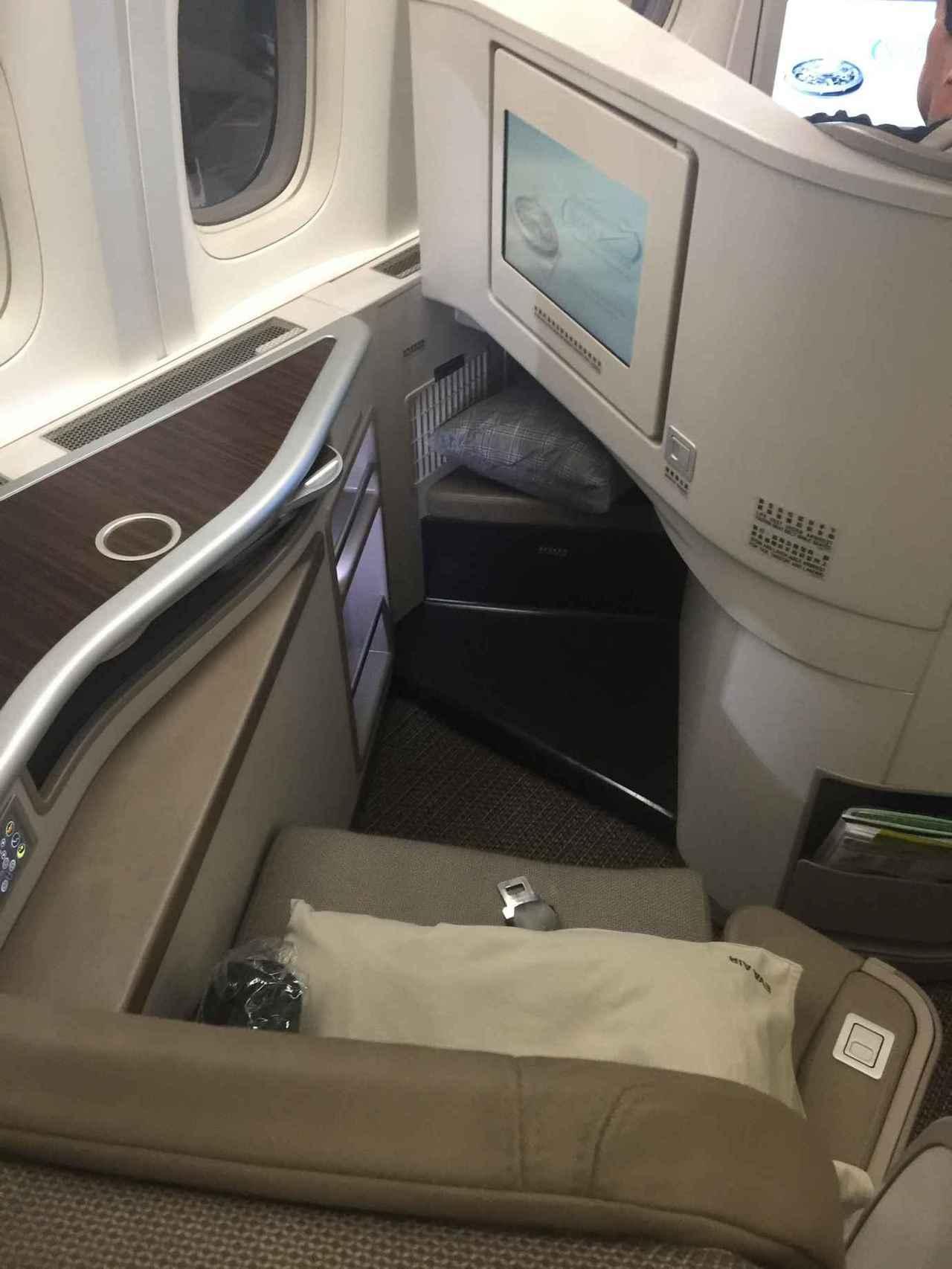 腳部跟足部空間真的不夠,跟加拿大航空的商務艙比起來,加拿大航空在這點是大勝 圖文...