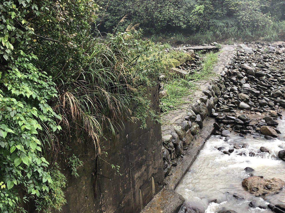 萬里區瑪鋉溪加投段旁有一塊土地,土地流失嚴重,地主期盼能夠施作護岸保護。 圖/紅...