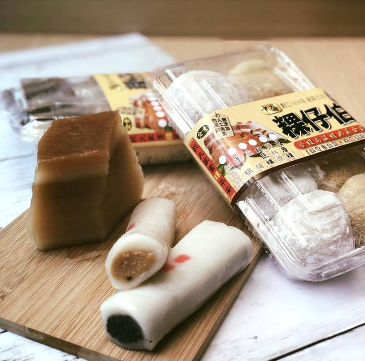店家販售包餡麻糬、雙糕潤、芋頭粿、紅豆粿、長條麻糬等多種豐富商品。圖/中崙粿仔伯...
