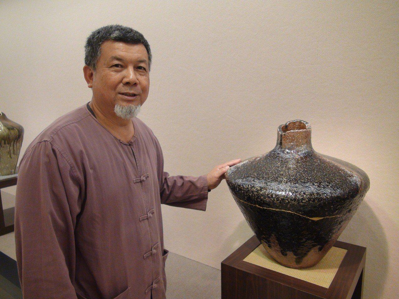 陶藝家林瑞華自幼在窯場長大,除了製陶,他更研發新窯爐,掌控柴燒窯溫,讓火與土產生...