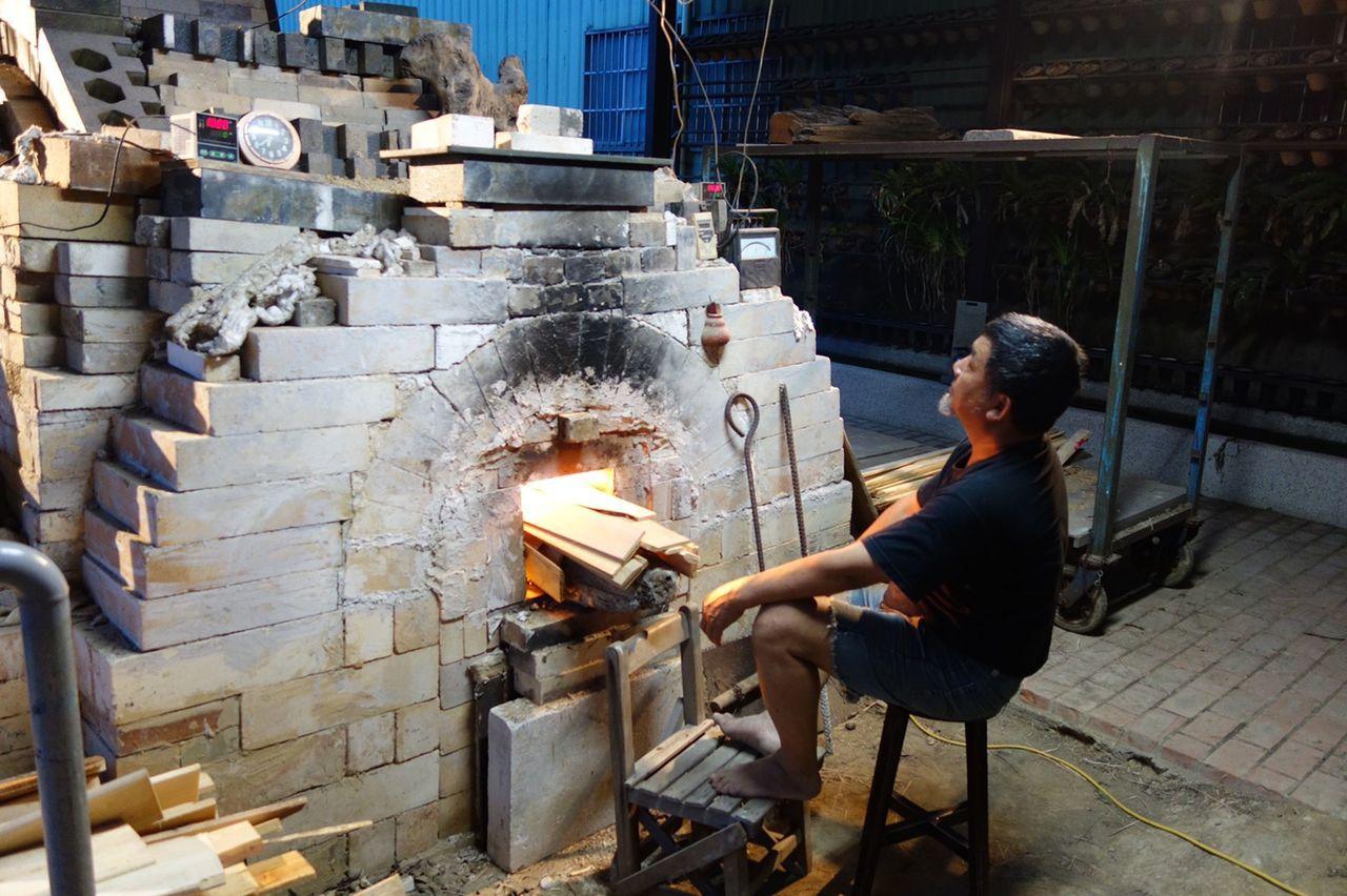 陶藝家林瑞華埋首研究高溫柴燒技術,設計出不同的窯爐。記者余采瀅/攝影