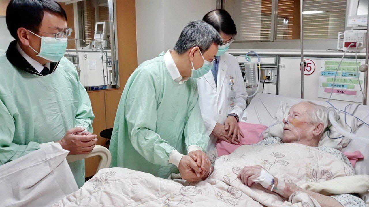 副總統陳建仁曾多次到醫院探望畢神父,老人家總還握著陳副總統的手祝福,他的愛真實又...
