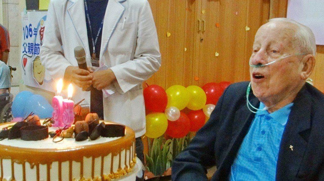 年高九五病中的畢神父仍使勁吹熄自己的生日蛋糕爉燭,全場抱以熱烈掌聲。記者蔡維斌/...