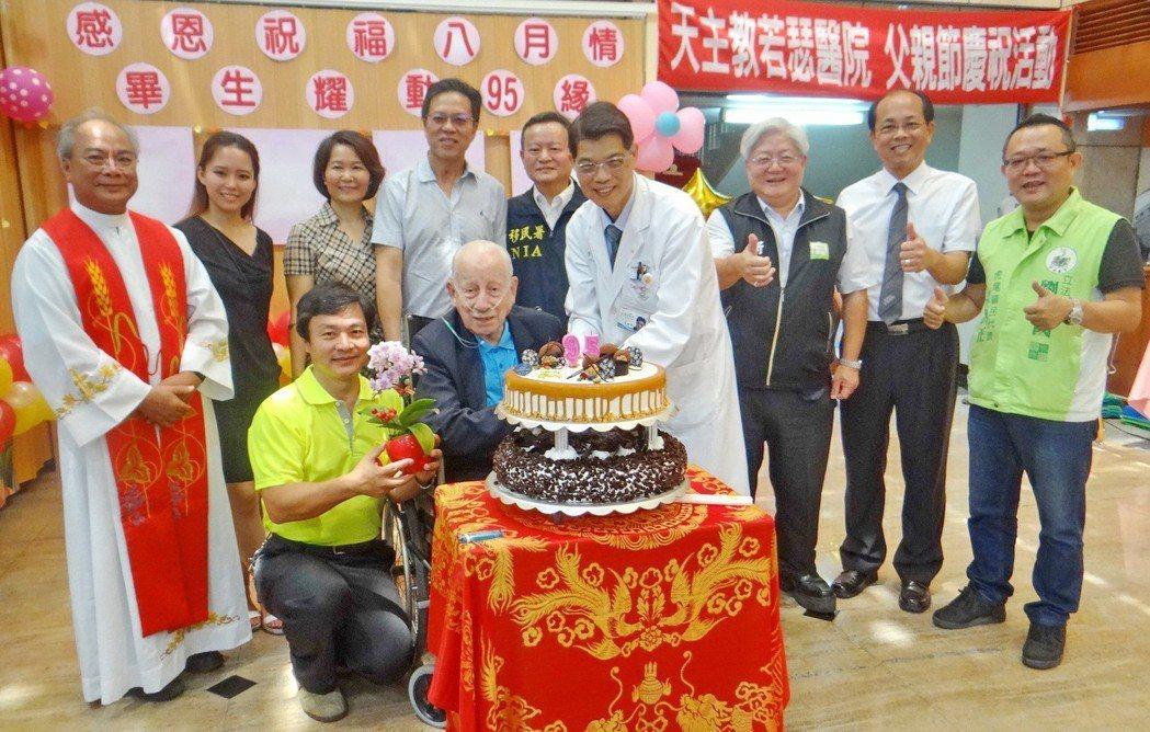 兩年前醫院為老人家慶生。記者蔡維斌/翻攝
