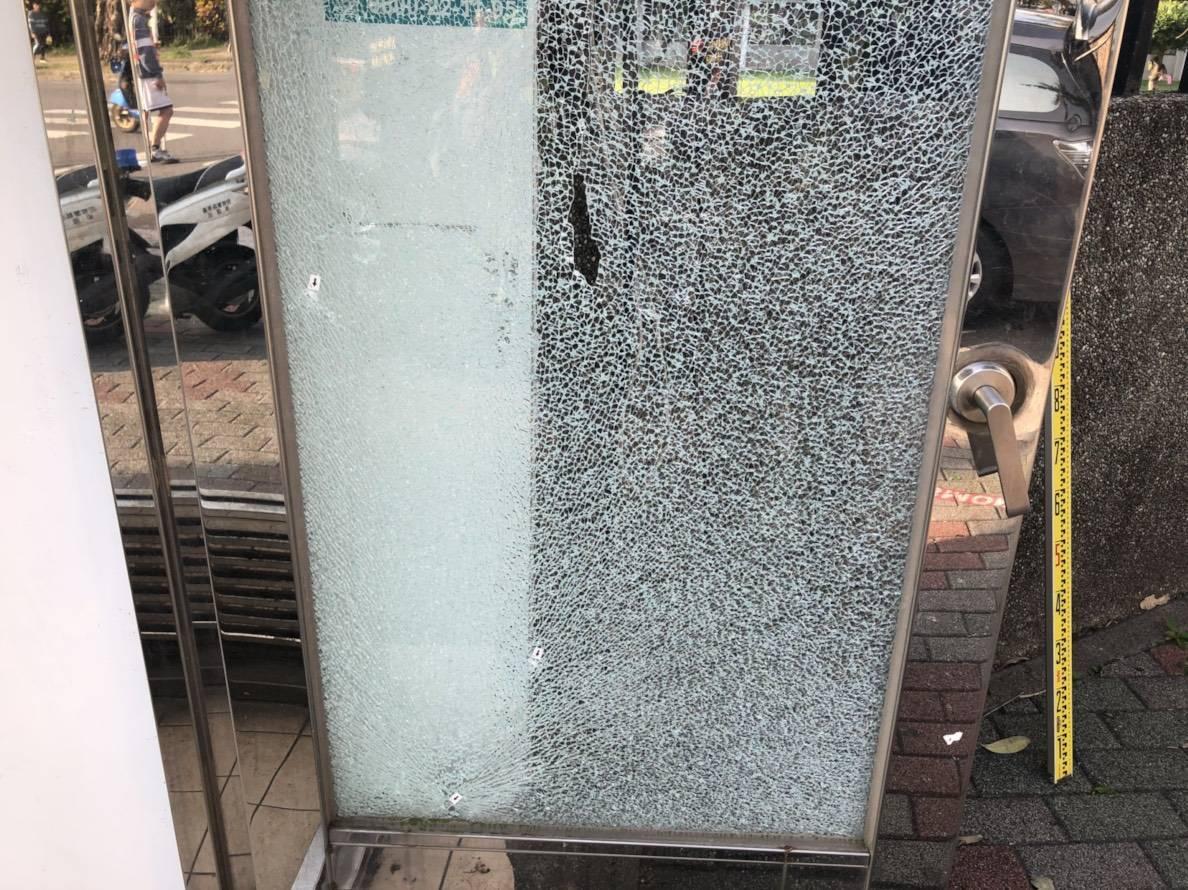 ATM外圍玻璃門遭射擊後,導致玻璃門破裂。圖/台東警分局提供