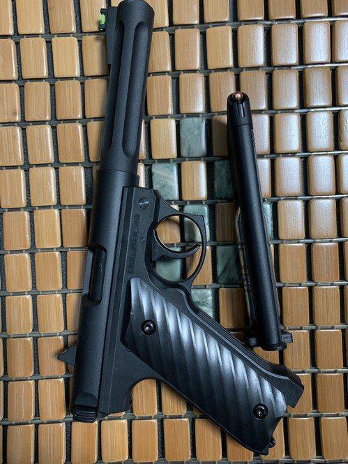 梁嫌新購BB槍,一時興起朝向ATM外圍玻璃門射擊。圖/台東警分局提供