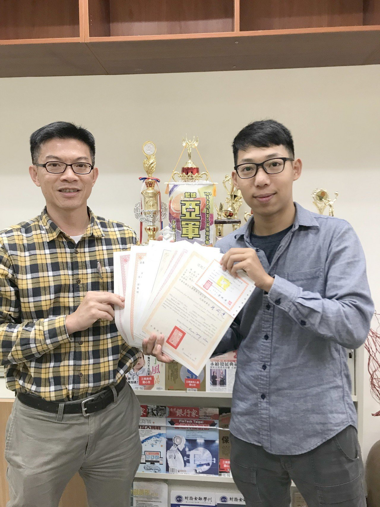 南華大學財金系主任廖永熙(左),稱讚陳德中(右)1年內取得10張證照,榮登財金系...
