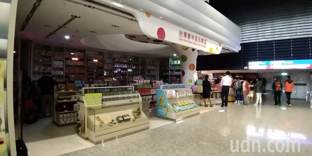 一航廈免稅店處於停電狀況。記者陳蘭馨/攝影