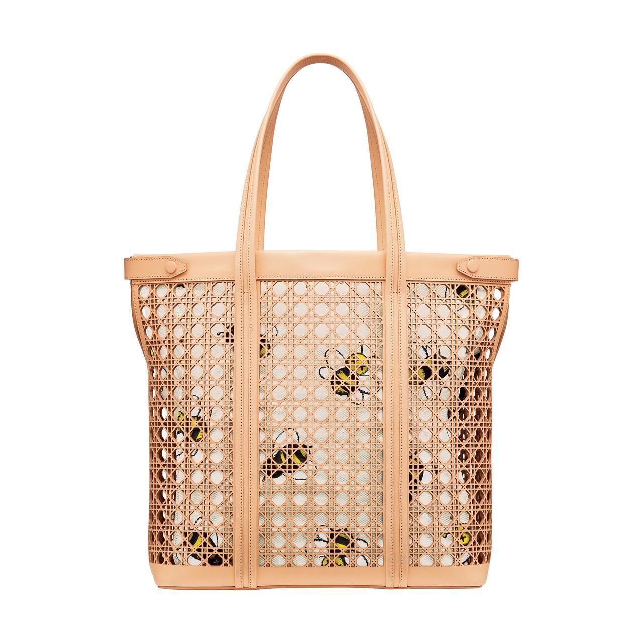 Dior Men米色雷射切割籐格紋鏤空小牛皮KAWS小蜜蜂托特包、170,000...