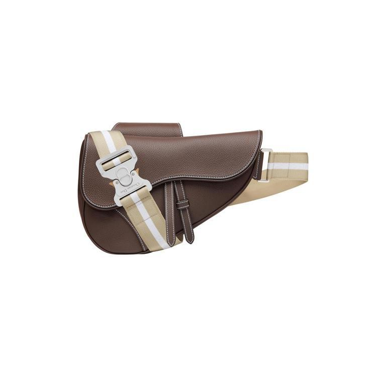 Dior Men SADDLE淺褐色粒紋小牛皮馬鞍肩背包、90,000元。圖/D...