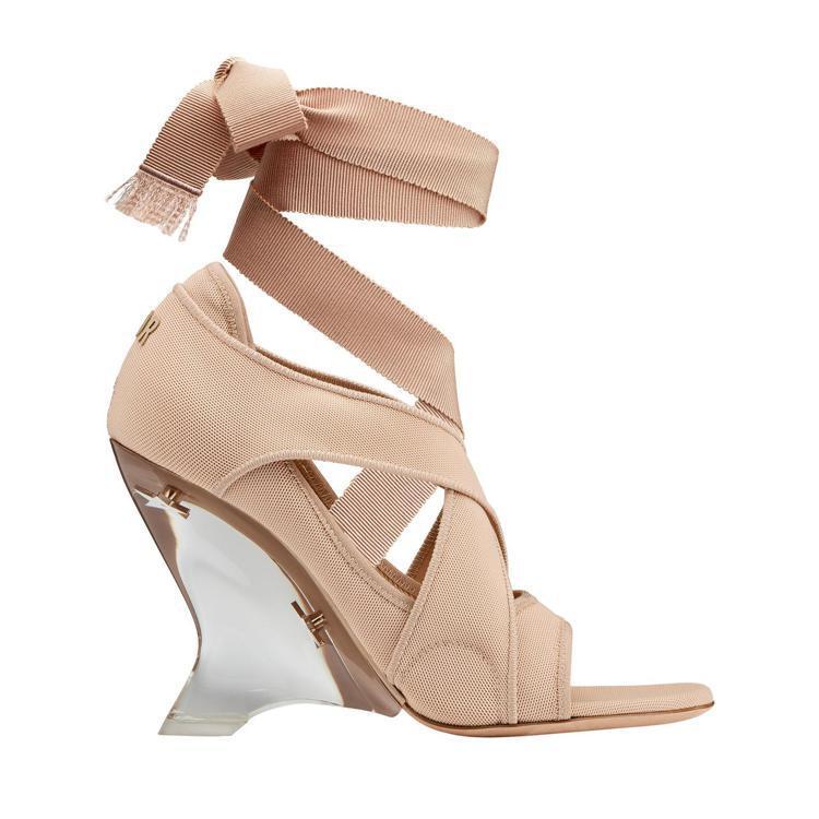 Dior Étoile裸色繫帶透明鞋跟高跟鞋、47,000元。圖/Dior提供
