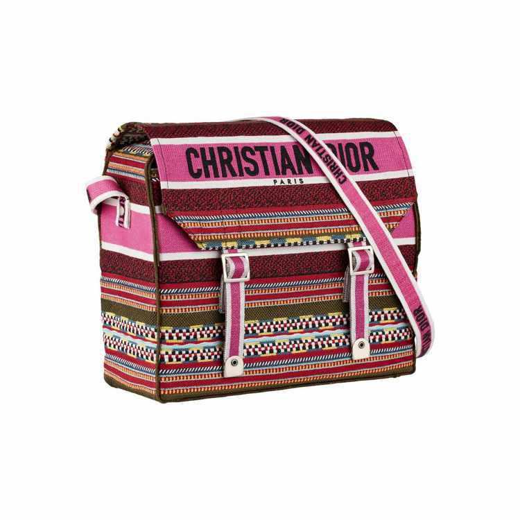 Dior Diorcamp紅色刺繡帆布郵差包、105,000元。圖/Dior提供