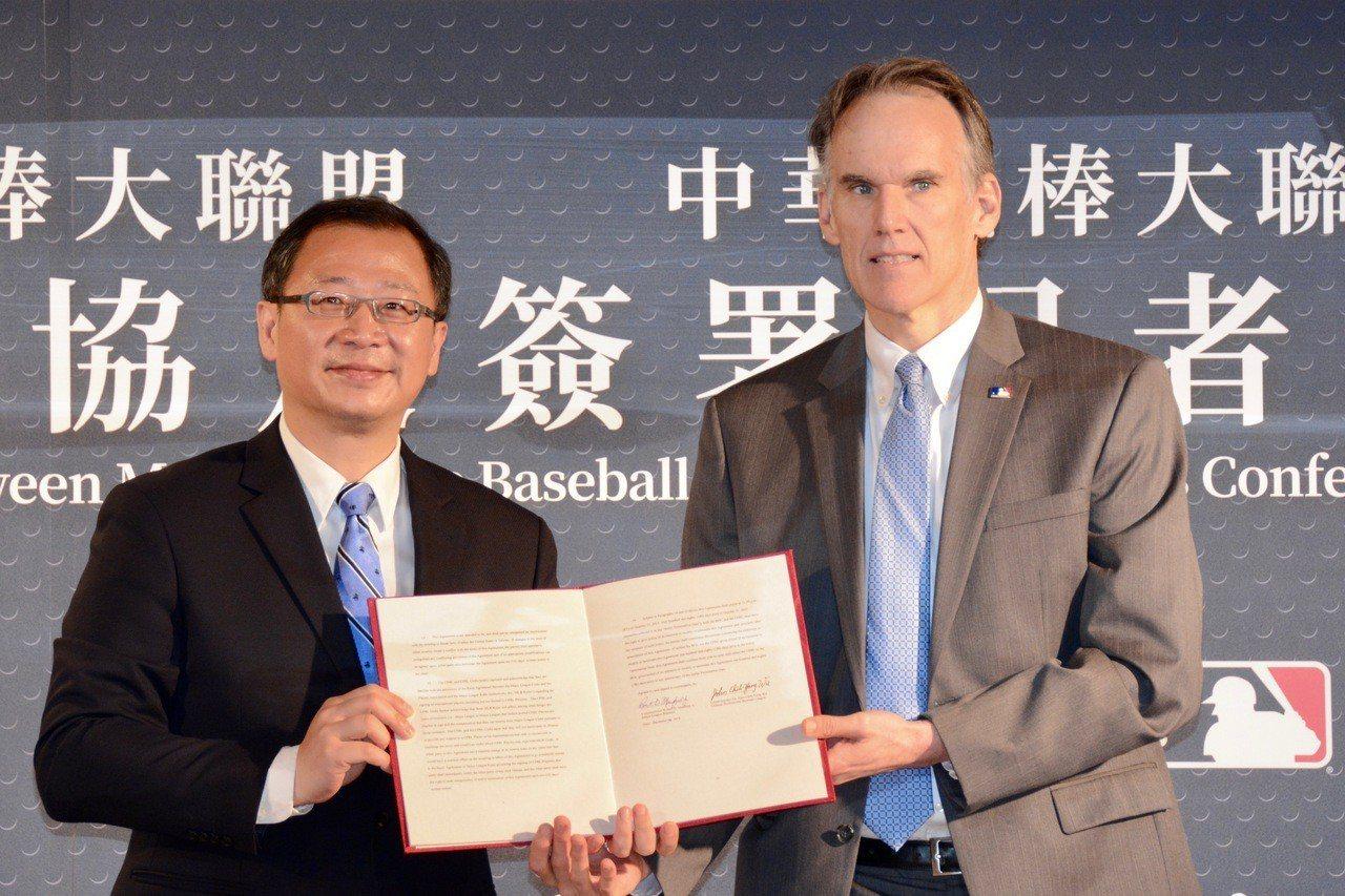 中華職棒大聯盟今天與美國職棒大聯盟簽訂球員協定,中職會長吳志揚(左)與大聯盟國際...