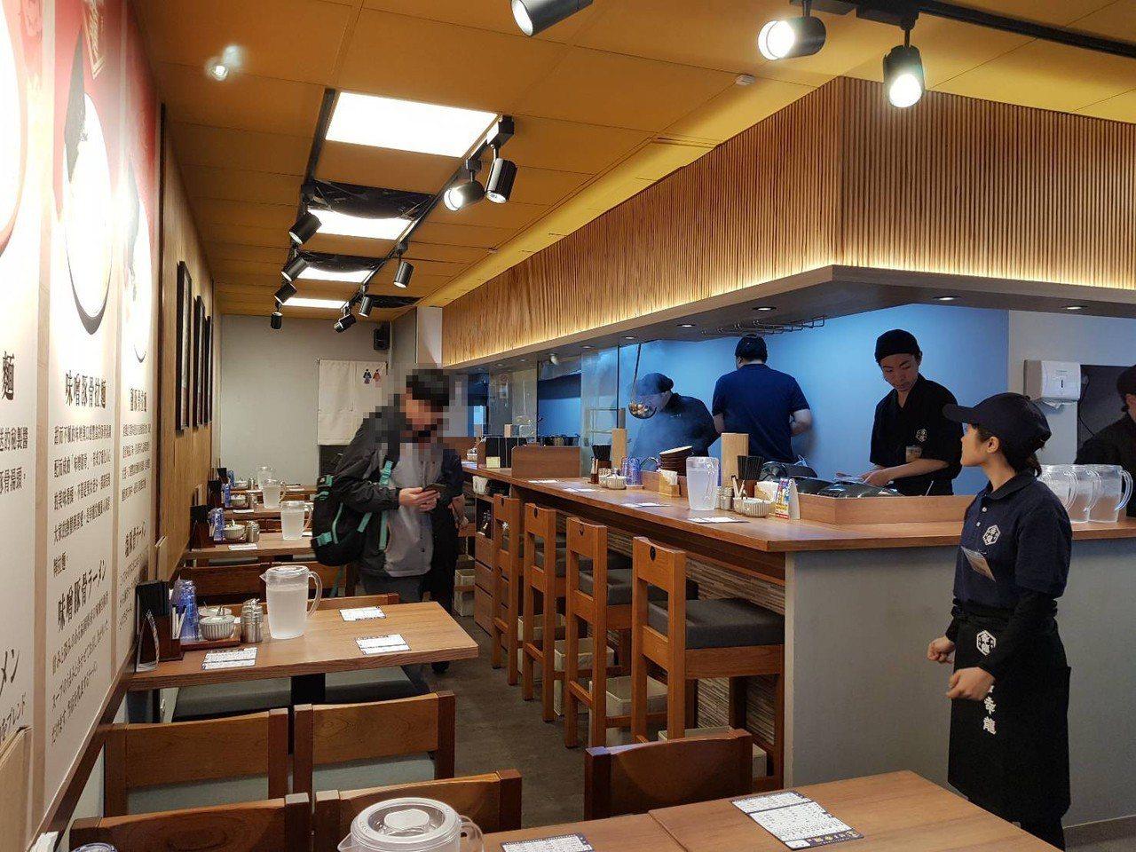 店內採日系風格,估計約20~25席座位。記者陳睿中/攝影