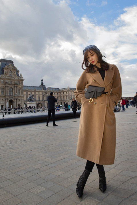 王心凌近日受時尚品牌邀請參與巴黎時裝周,她回想15年前為偶像劇「天國的嫁衣」,來此取景,當時劇組連續趕工幾乎沒有休息的時間,讓她對巴黎的初印象模糊,只記得吃簡單卻貴得嚇人的便當,僅是米飯淋上醬汁,就...