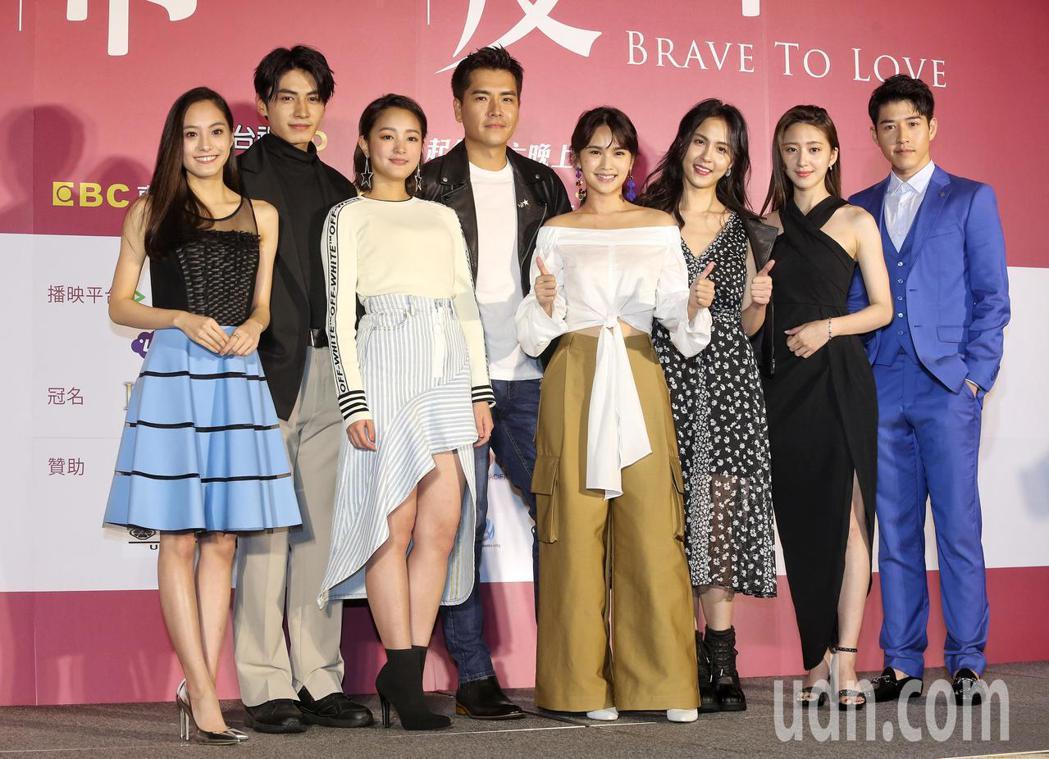 「愛情白皮書」舉行首映會,演員合影留念。記者鄭清元/攝影