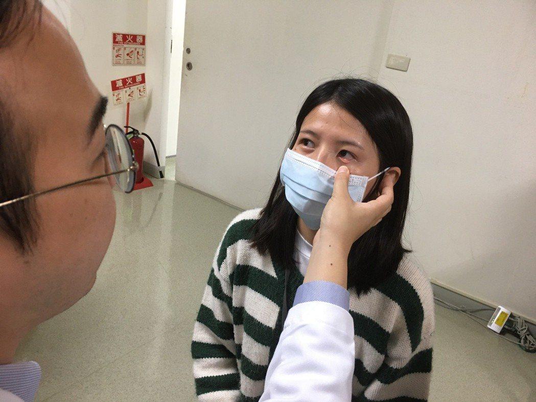 成大醫院雲林斗六分院血液腫瘤科醫師顏志傑(左)表示,民眾可自我檢查眼瞼,若無血色...