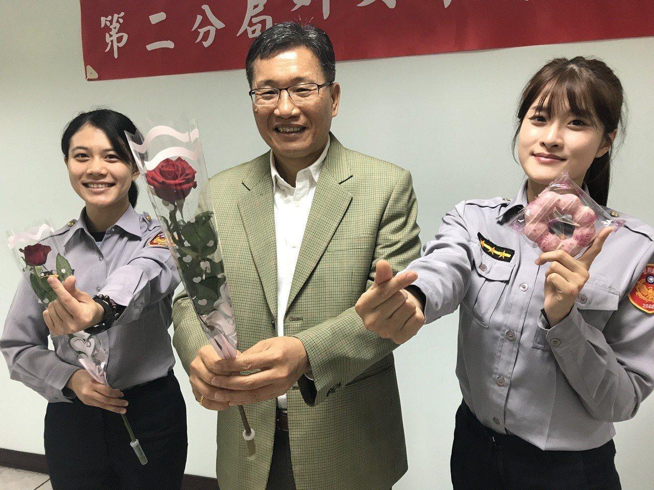 台中市警局第二分局今天中午舉辦三八婦女節餐會,分局長高誌良(中)一身西裝帥氣出席...