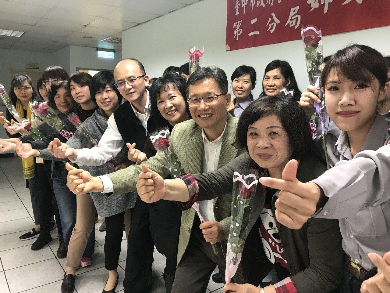 台中市警局第二分局今天中午舉辦三八婦女節餐會,分局長高誌良(右三)一身西裝帥氣出...
